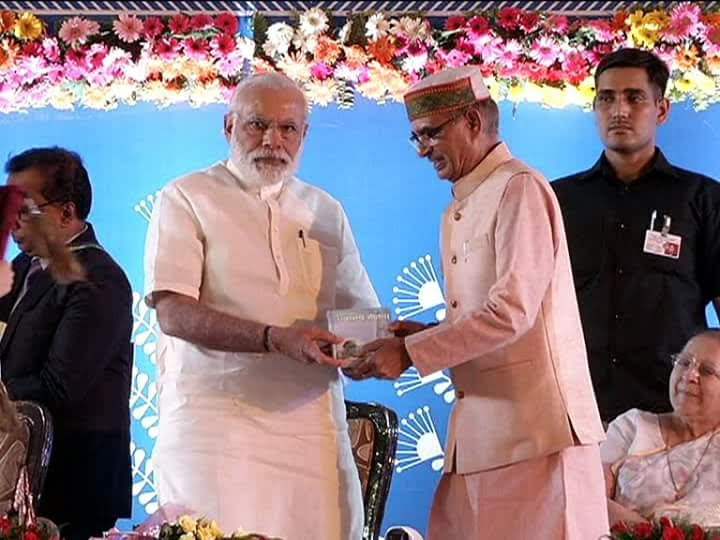 CM of MP presenting geeta to PM